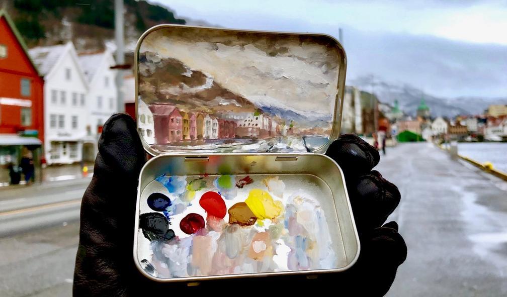"""Matthew kan male hva som helst, hvor som helst med """"mini tins"""""""