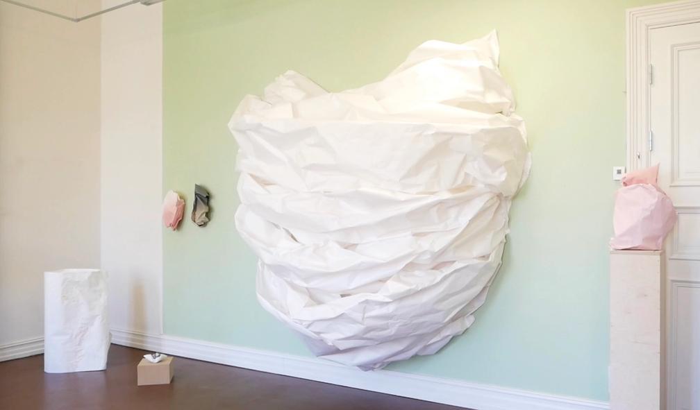 Marit Roland klarer å gjøre om billig papir til storslåtte skulpturer