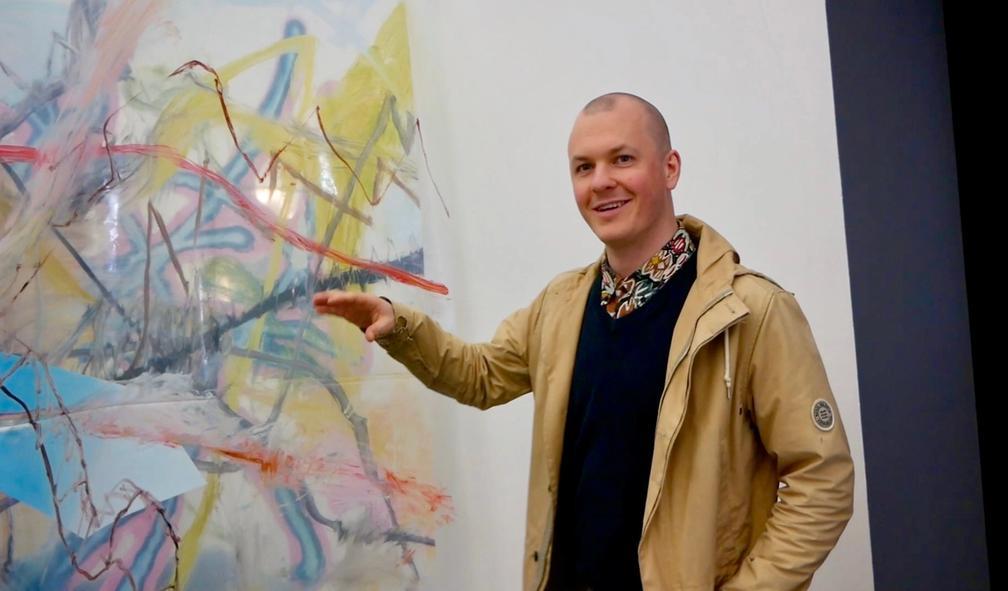 Ruben Eikebø maler på speil for Masterutstillingen 2018 hos Bergen Kunsthall