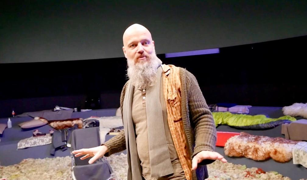 Øystein Stene lager kunst med UFO-teater