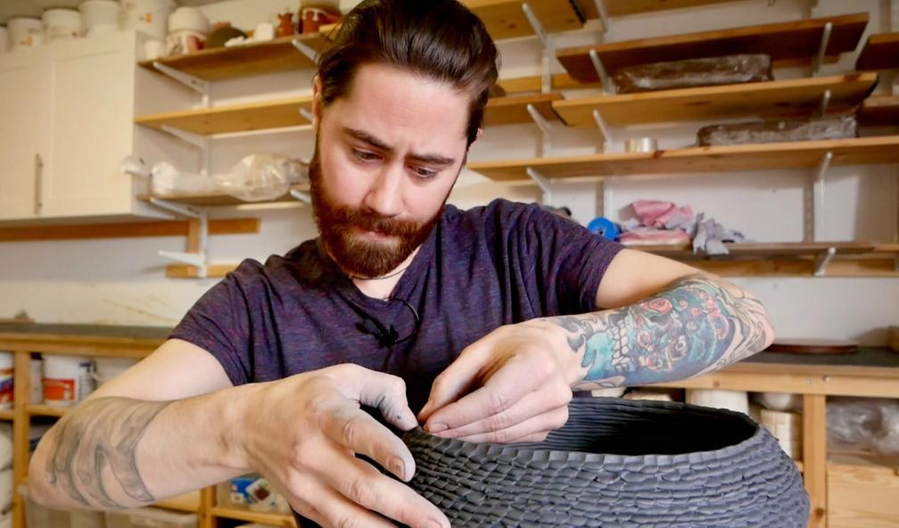 Eyvind Solli Andreassen bruker en flere tusen år gammel teknikk i keramikken