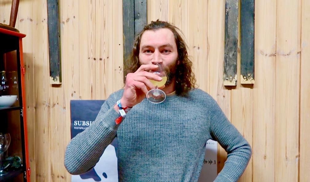 Trond Ansten lager vin av tang. Tromsø 1/4