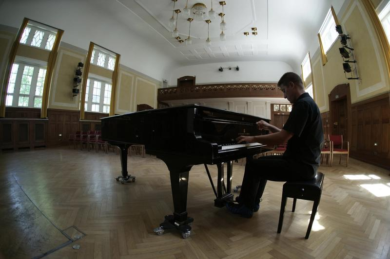 Lars David Kellner am Klavier im Kleinen Theater Haar