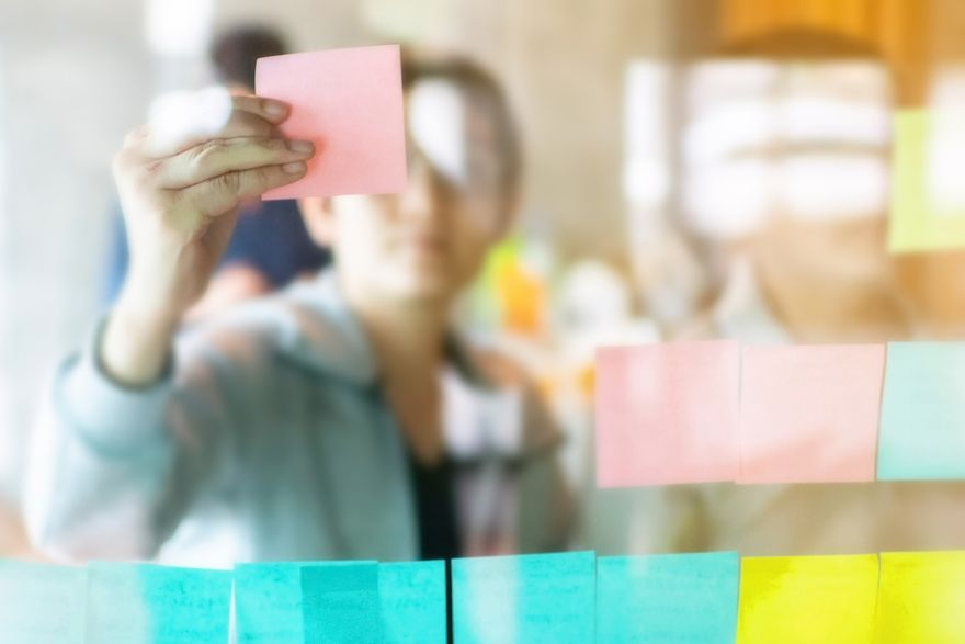agile 101: woman holding a sticky note