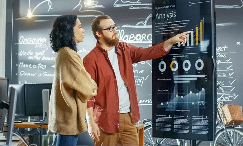 sprint burndown chart: man and woman analyzing a graph