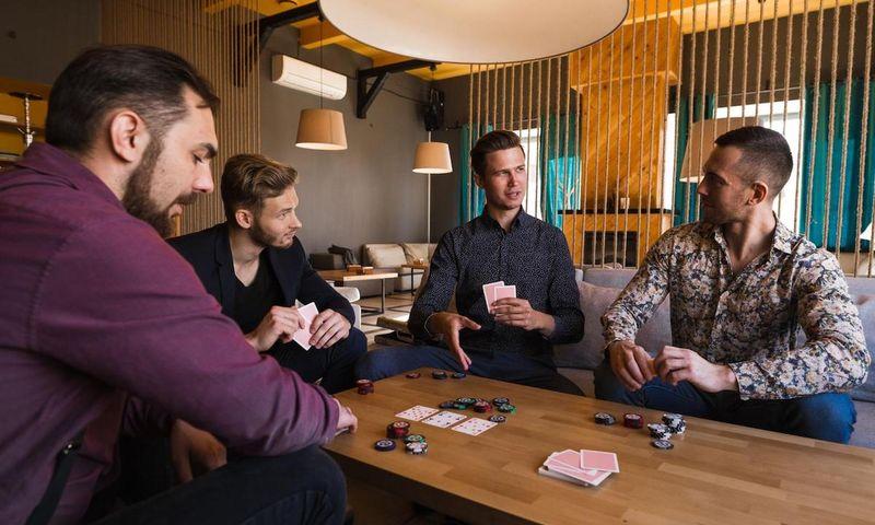 planning poker: group of men playing poker