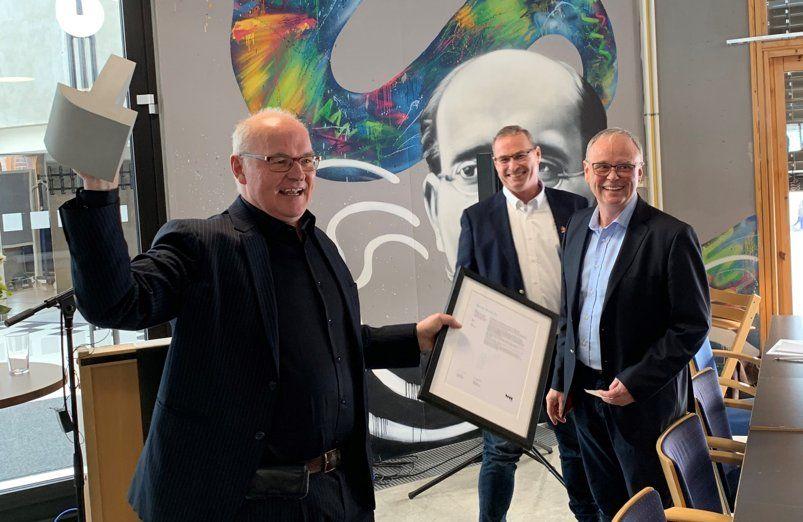 Tor-Arne Bellika i Smart Construction Cluster (fra venstre) mottar Bygg21s pris for «beste praksis» fra statssekretær Torleif Fluer Vikre i KMD og Sverre Tiltnes fra Bygg21. Foto: Bygg21
