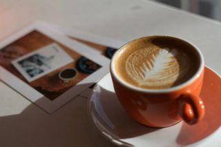 Kaffekopp med melkekunst. Foto
