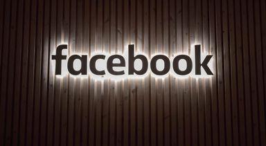 Logoen til facebook som et lysskilt