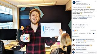 "Screenshot av en facebook post der Sigurd holder et ark der det står ""Google Partner"", sammen med en kopp"