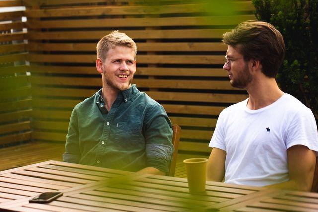 Bilde av Sigurd og Aksel i Kult Byrå som snakker sammen utendørs. Foto