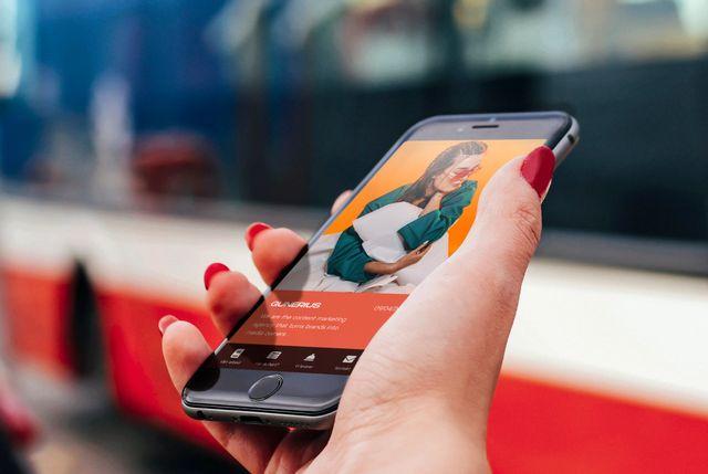 Person med rød neglelakk holder mobil som har nettsiden til Chili Mobil aktiv. Foto