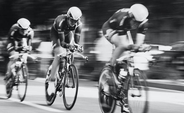 Syklister konkurrerer mot hverandre i full fart