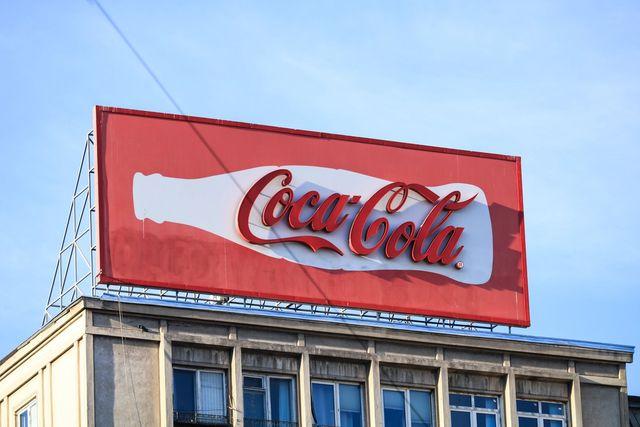 Coca Cola logoen på et billboard i sola
