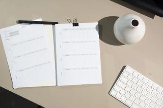 Ark og verktøy for å planlegge dagen. Foto