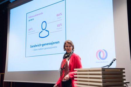 Anita Vatland som presenterer funnene fra Pårørendealliansen sin undersøkelse på Litteraturhuset i Oslo. Foto