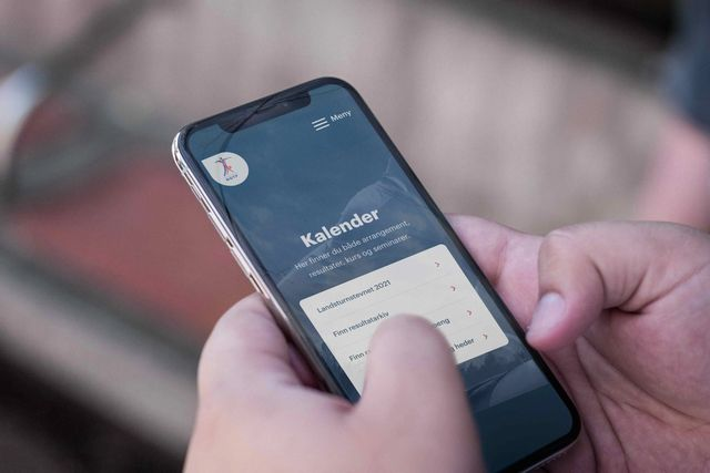Person bruker mobilversjonen av nettsiden til NGTF