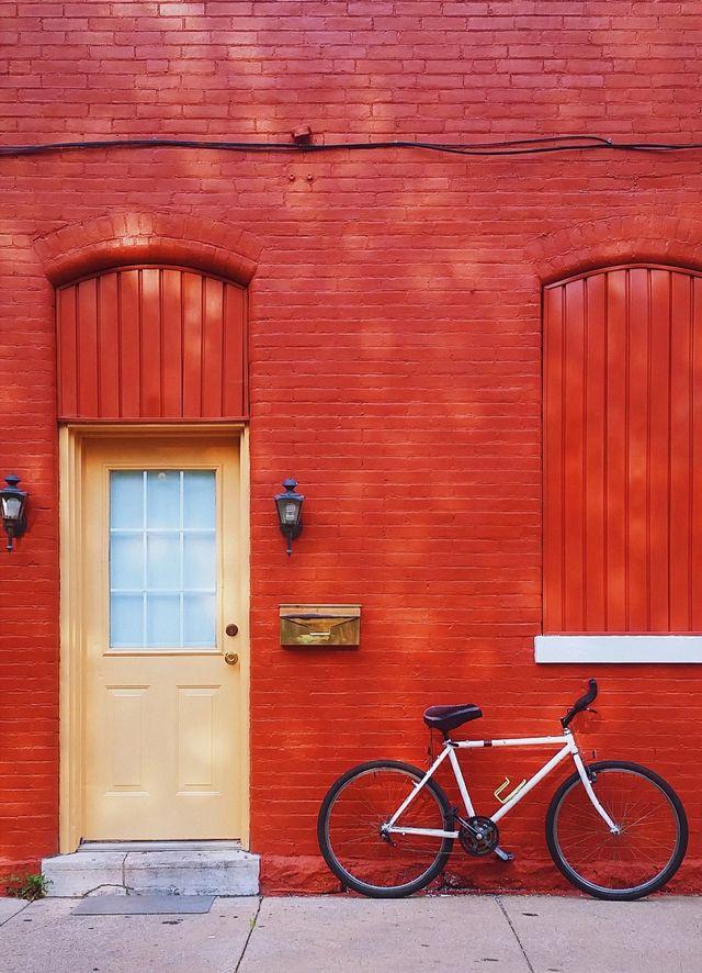 En rød vegg og en sykkel.