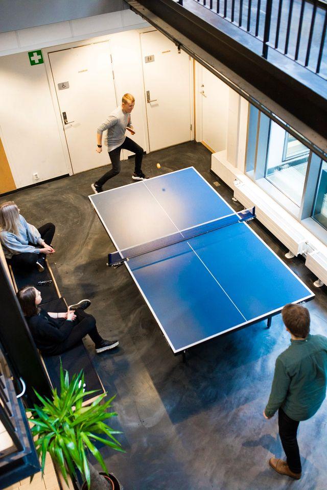 Kult gjengen spiller ping pong og har det gøy