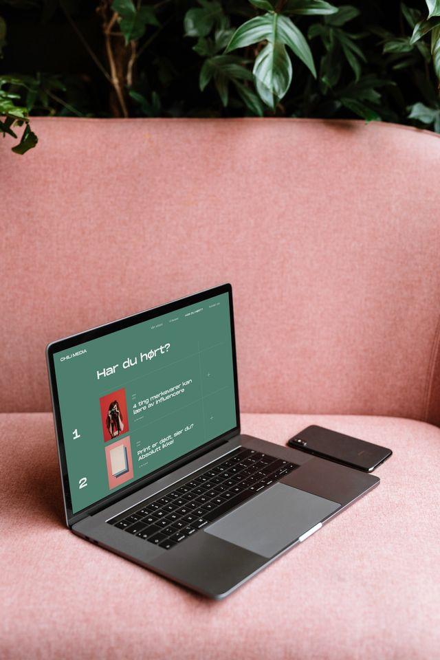 Laptop med eksempelside av chilimedia.no på skjermen. Foto