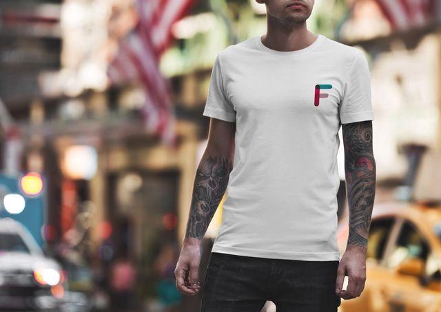Mann med t-skjorte med Frifond-logo på