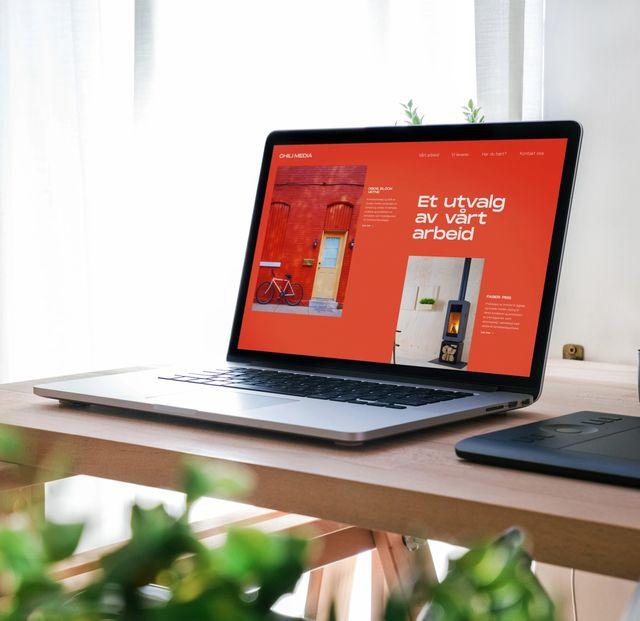 """Mac som har nettsiden til Chili Media oppe. Står """"Et utvalg av vårt arbeid"""" på nettsiden. Foto"""