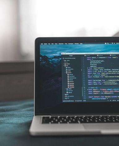 Mac med et koderedigeringsprogram åpent