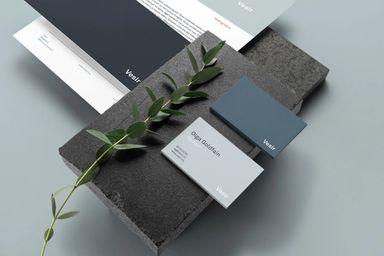 Elegante brevark og visittkort som Kult Byrå designet for Vesir.