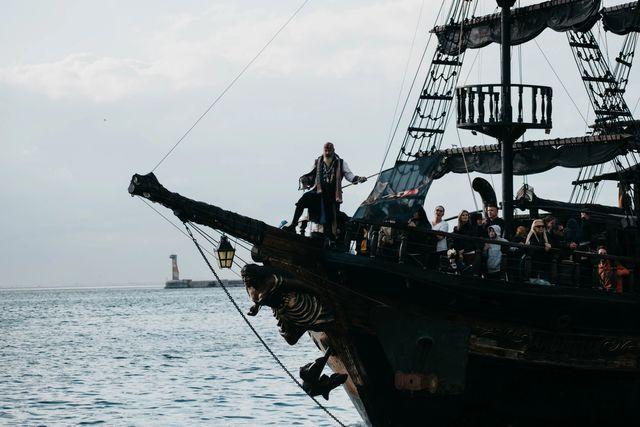 Eventyrpirat på et skip på havet. Foto