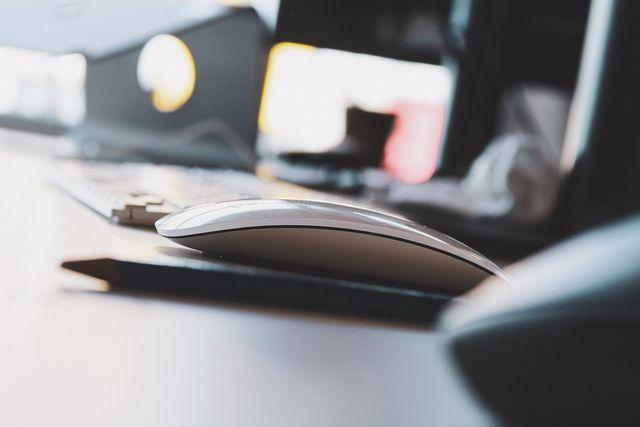 Tastatur og datamus på et skrivebord. Foto
