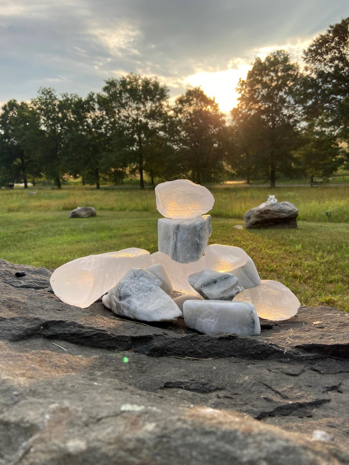 Martha Tuttle,A stone that thinks of Enceladus,2020 (installation view)