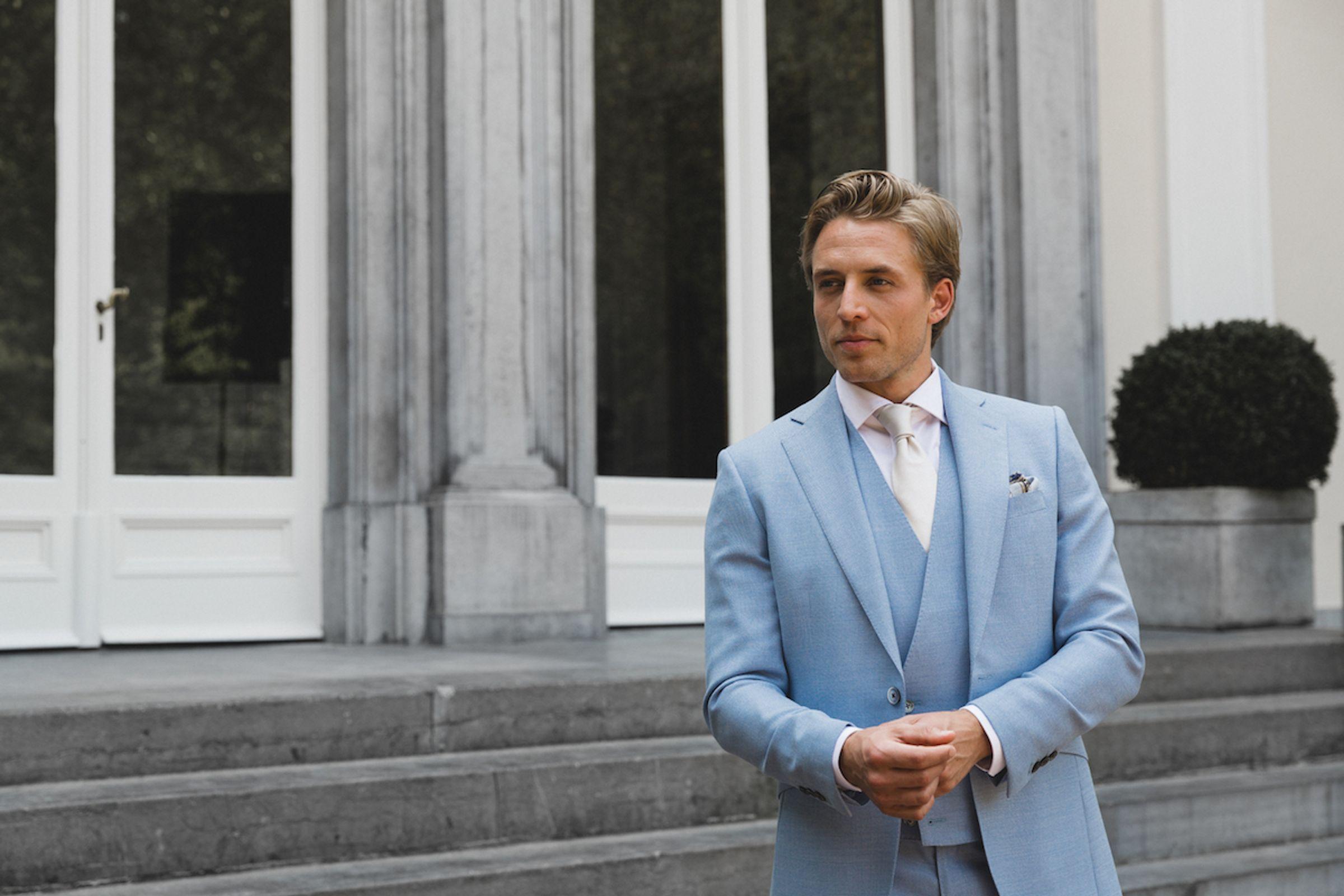 Skyfall trouwpak Michael & Giso lichtblauw driedelig pak met lichte das