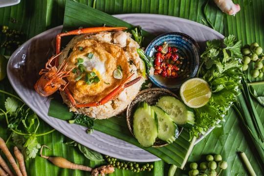 Thai orchidin tyyliin wokilla paistettua riisiä, paistettu kananmuna, broilerinrintaa, jokikatkarapuja...