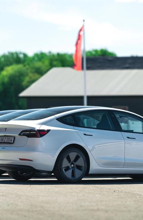Alla vill köra Tesla! Tesla Model 3 ger våra kunder en unik körupplevelse