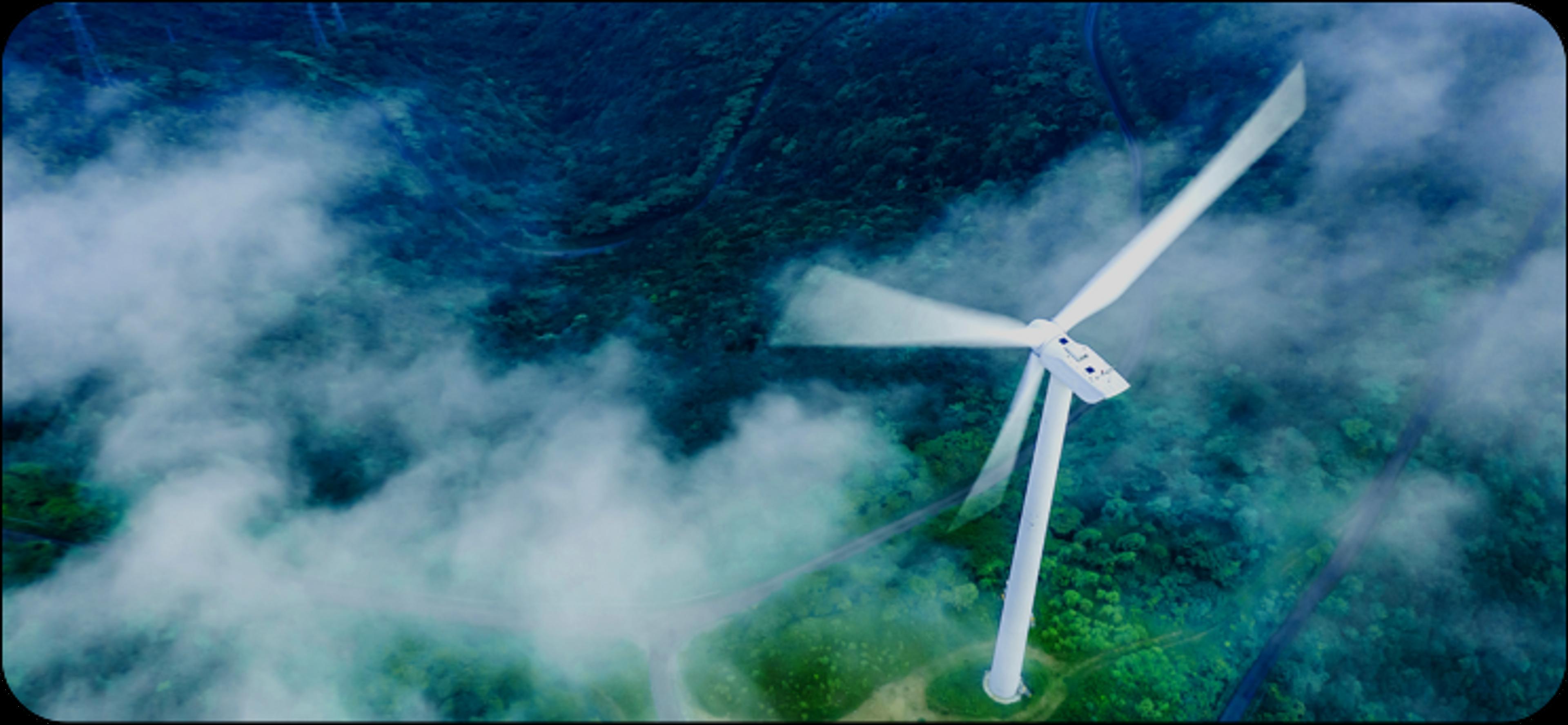 Vue aérienne d'éolienne dans une forêt nuageuse