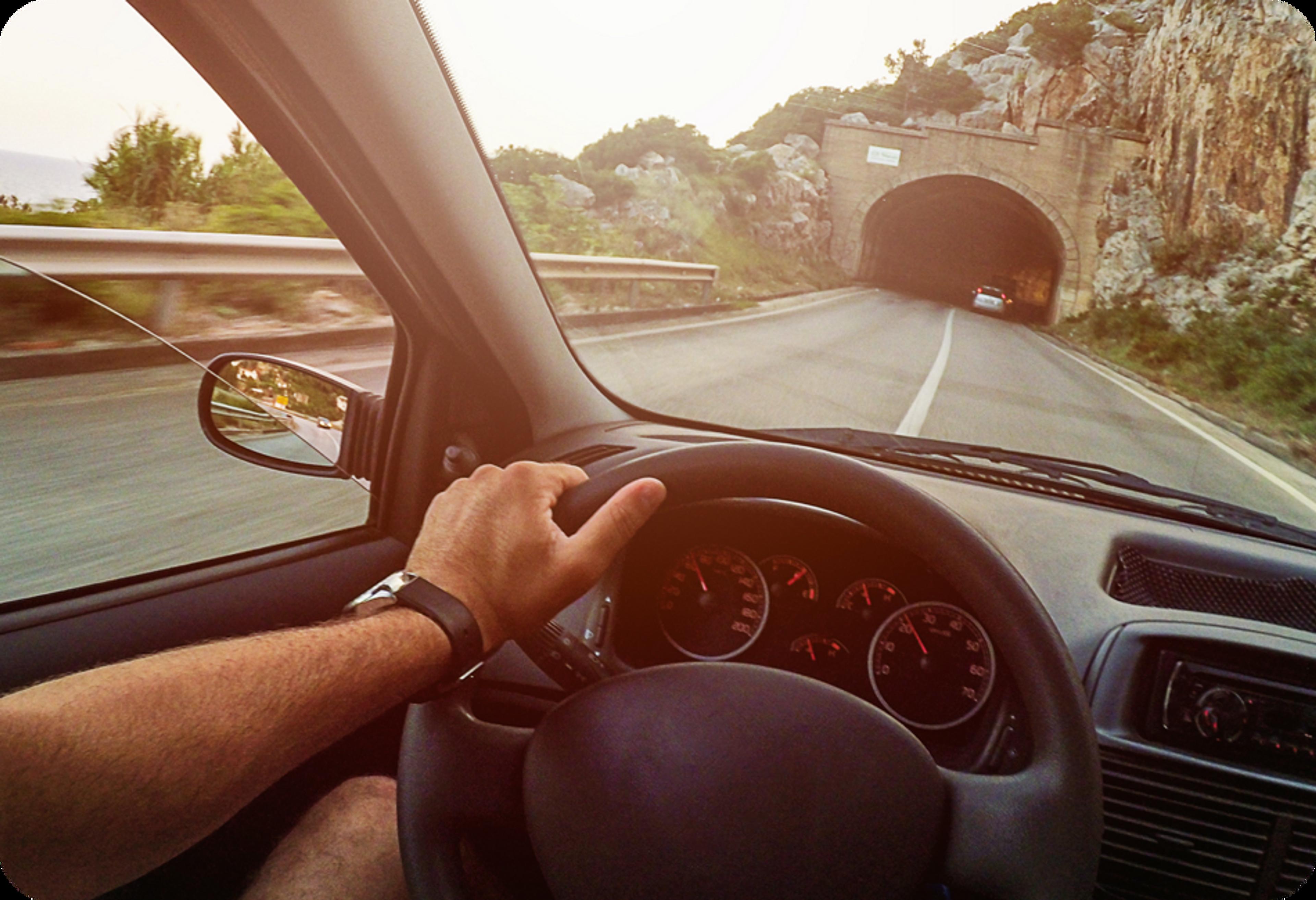 Photo d'un homme au volant de sa voiture, en direction d'un tunnel