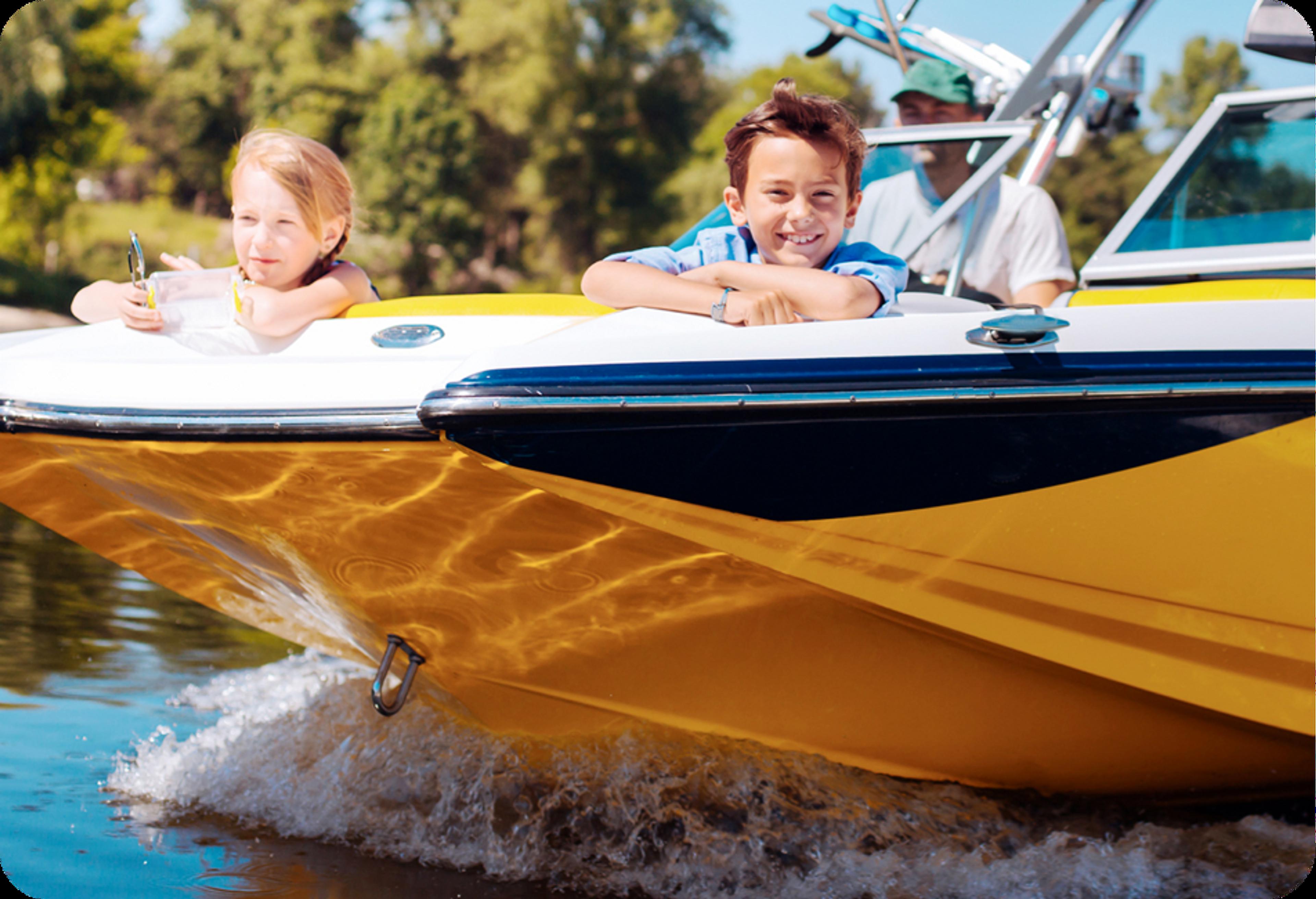 Photo d'un petit bateau orange, blanc et noir avec, comme passager, un jeune garçon, une fillette et un adulte de race blanche aux commandes