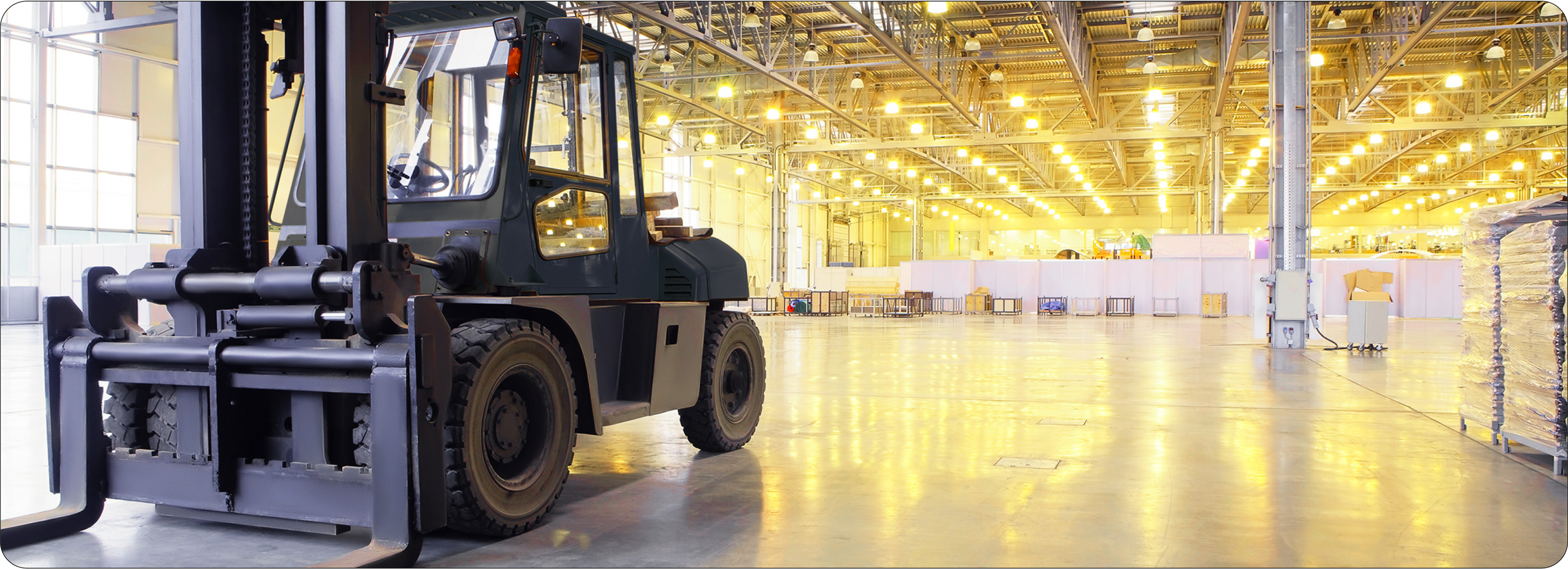 Picture of a warehouse with one forklift inside it