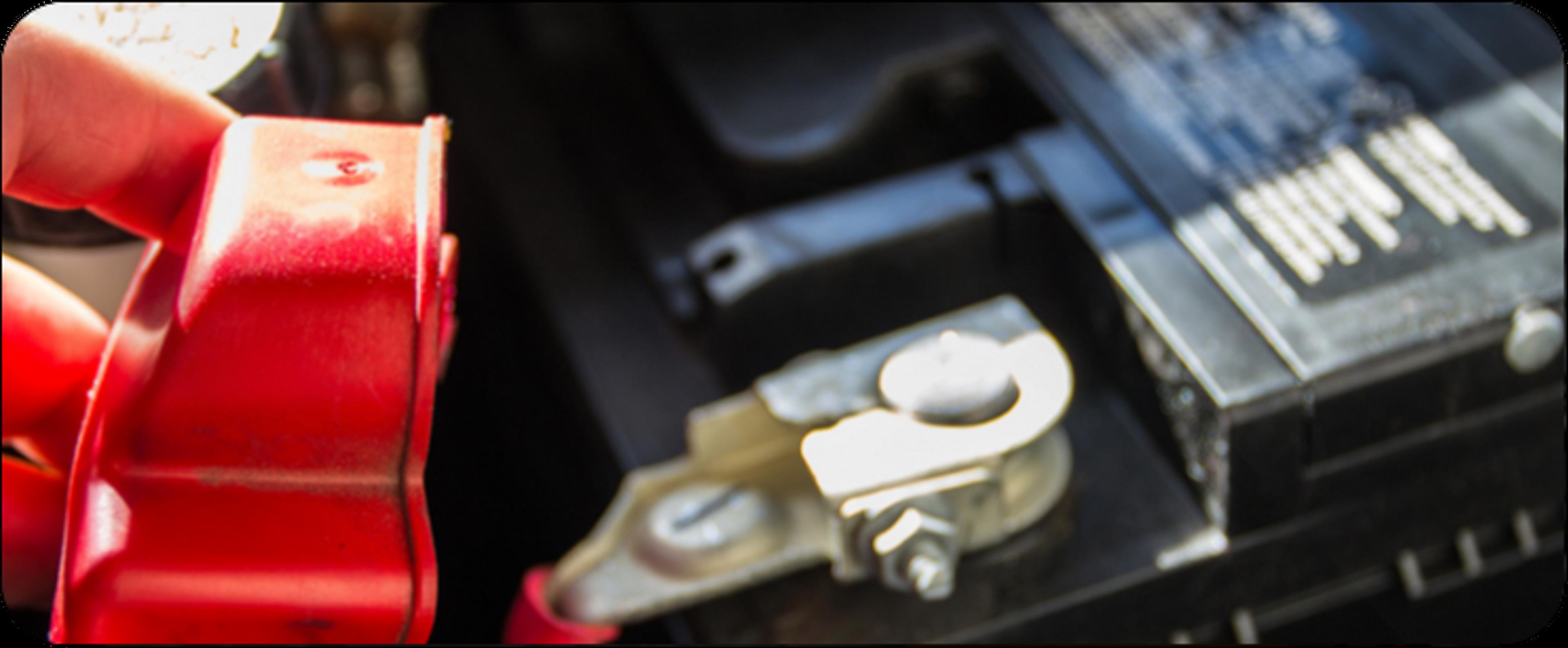 Photo d'une main d'homme manipulant une batterie automobile