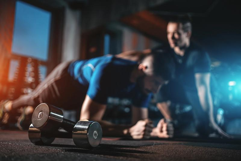 To unge menn trener og utfører planken