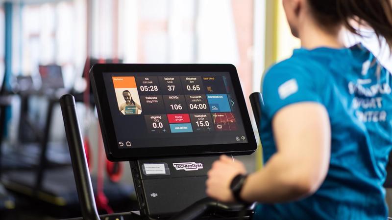 Dame løper på tredemølle. Kvalitetsutstyr fra Technogym. Trening på Skullerud Sport Senter.