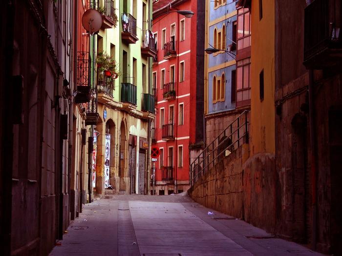 Gamle fargerike hus i Bilbao