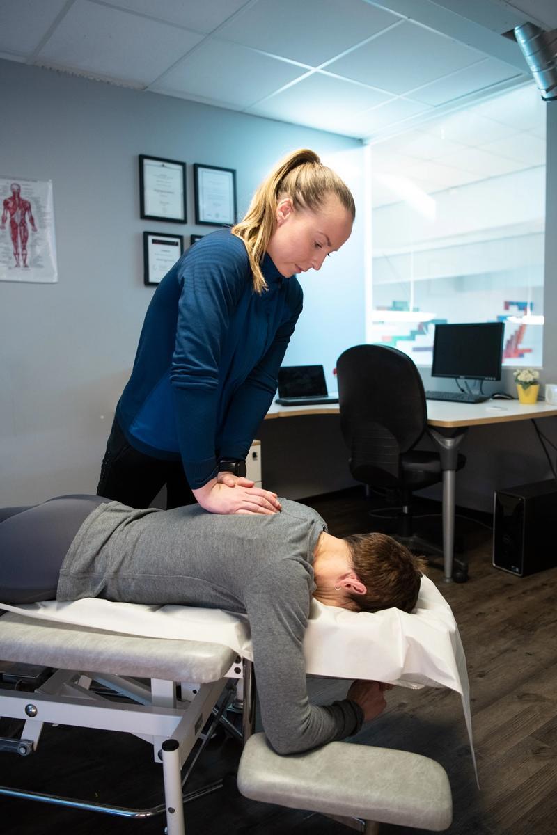 Dame masserer dame med fysioterapi
