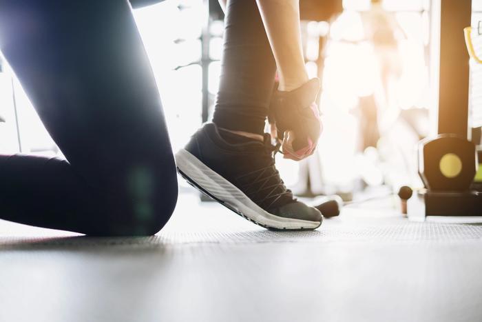 Klar for å trene, knyter skoen.