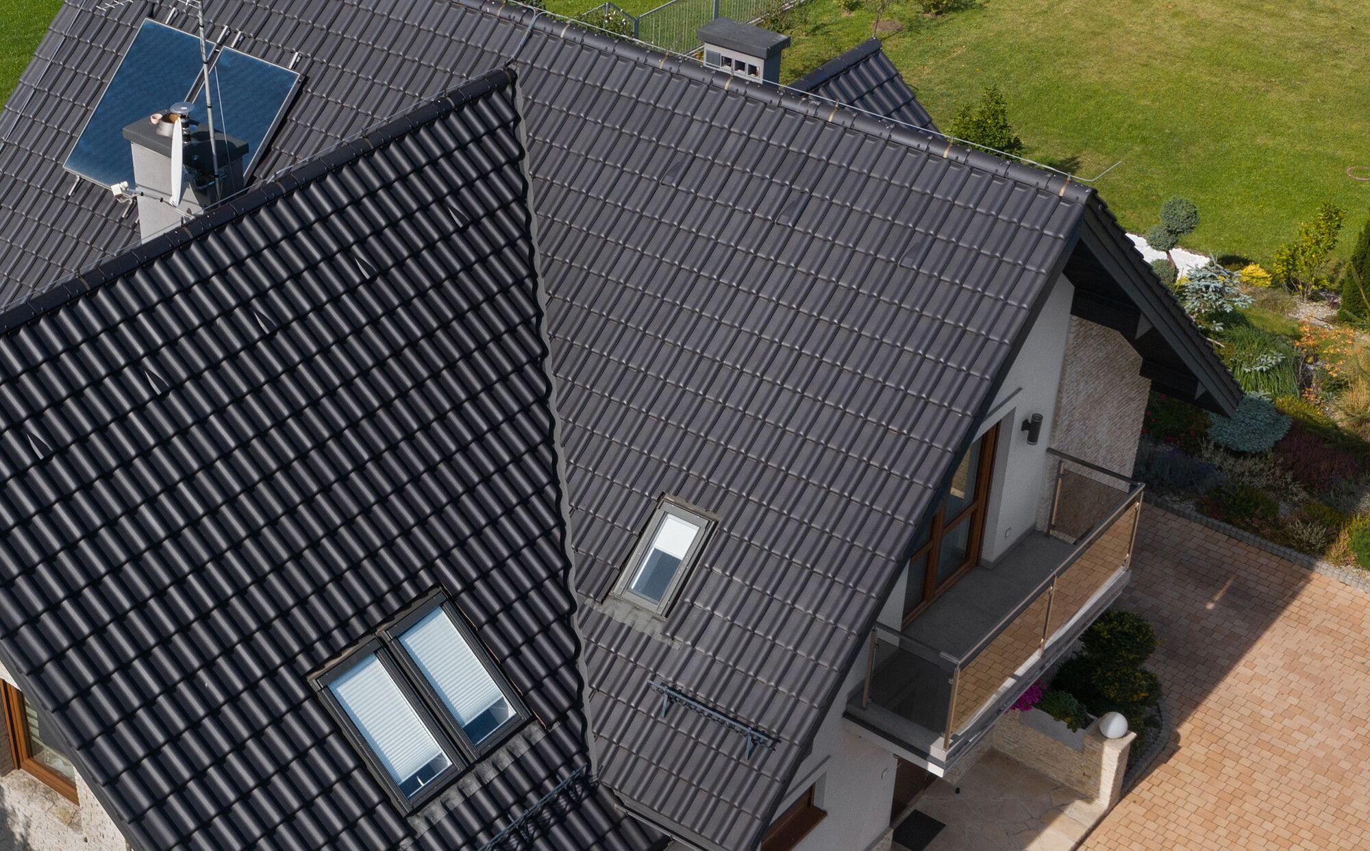Dachówki ceramiczne na dachu