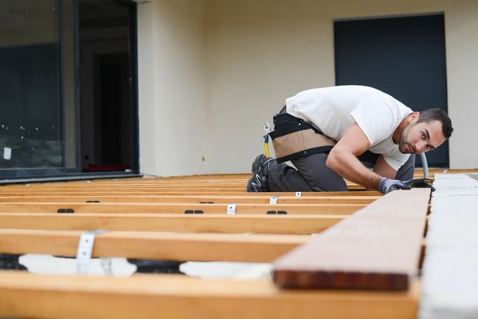 Mies rakentamassa terassia