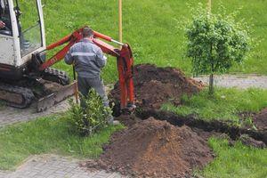 Urakoitsija kaivaa salaojaa kaivurilla