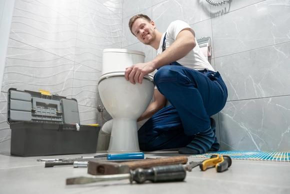 Urakoitsija vaihtamassa wc-istuinta