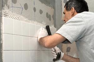 Kylpyhuonekaakeleiden asennus