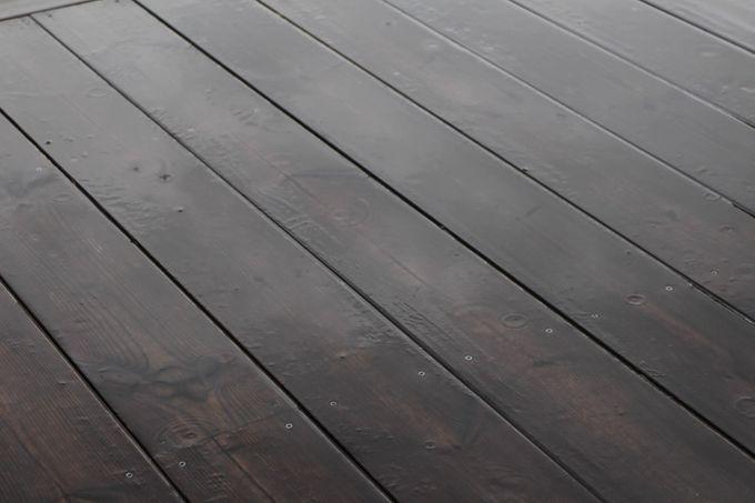 Sadetta kebonylaudoista tehdyllä terassilla